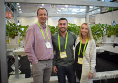 Arie Alblas meets up with Chris Mastronardi & Morgan Dresseur (Leamington Produce) at the booth of Meteor Systems.